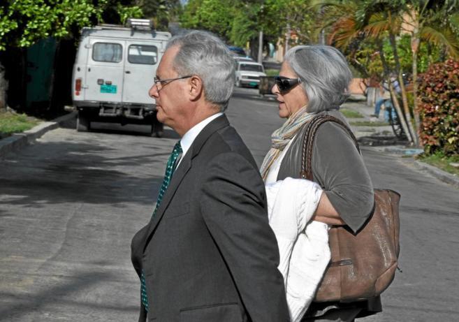 La esposa de Alan Gross, el ex contratista preso en Cuba, acude al...