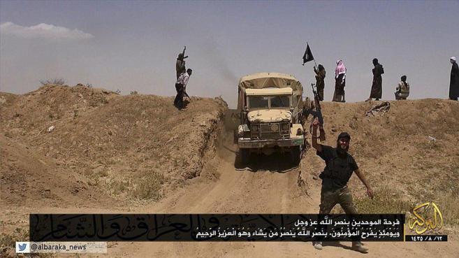 Miembros del ISIS allanan un paso fronterizo iraquí.