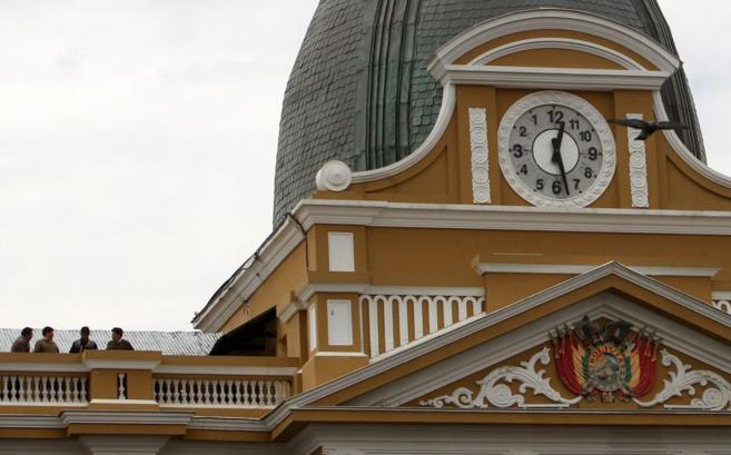 Vista del reloj del Congreso en la plaza Murillo de La Paz, que marca...
