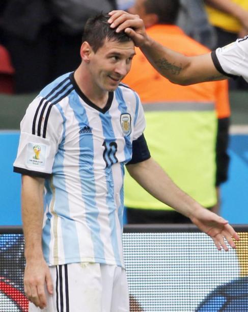 Messi es tratado con afecto por uno de sus compañeros.