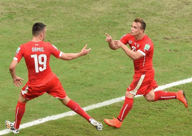 Shaqiri y Drmic celebran el segundo tanto de Suiza ante Honduras.