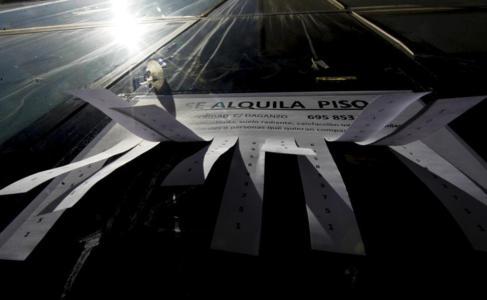 Imagen de archivo de un anuncio de un piso en alquiler en Madrid.
