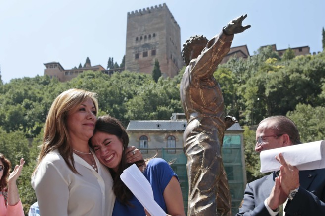 La esposa y la hija de Mario Maya, junto a la estatua del bailaor.
