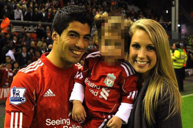 Luis Suárez y su mujer Sofía Balbi posan en Anfield junto a su hija...