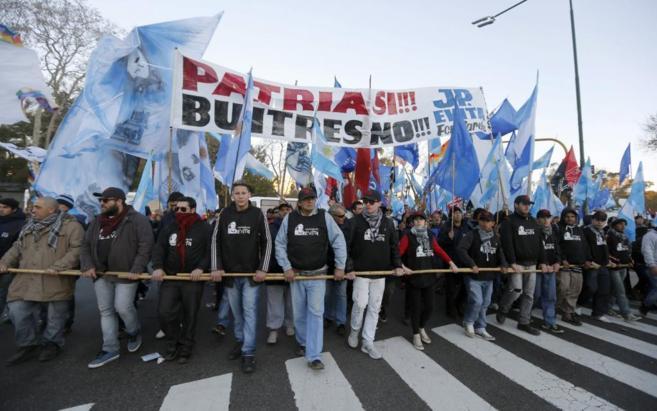 Manifestantes a favor del Gobierno y en contra de la sentencia de los...