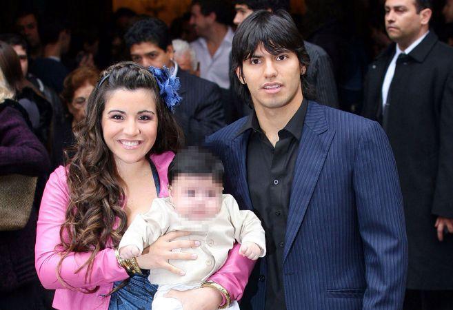 Giannina Maradona y el Kun Agüero posan con su hijo Benjamín cuando...