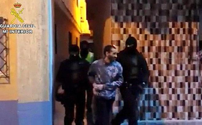 Guardias civiles conducen al presunto yihadista tras su detención.