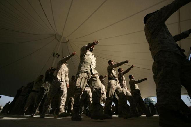 Voluntarios chiíes para ir a luchar contra ISIS marchan en Kerbala.