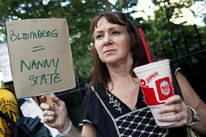 Una mujer protesta contra la prohibición en Nueva York, cuando se...