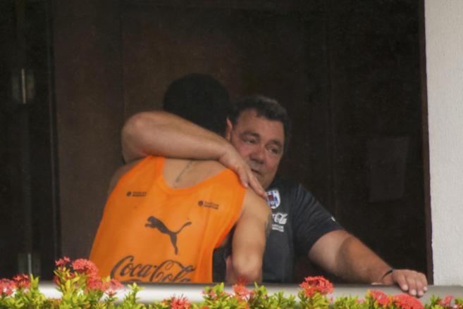 Suárez, abrazado por un miembro de la delegación uruguaya, antes de...
