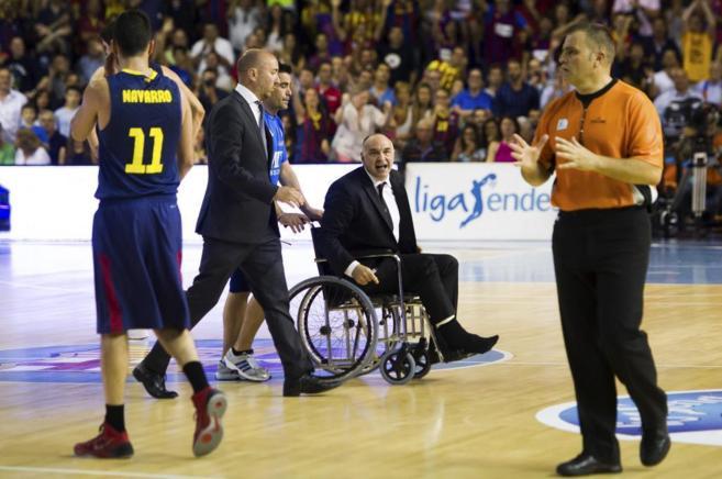 El entrenador del Real Madrid, Pablo Laso, recrimina una acción al...