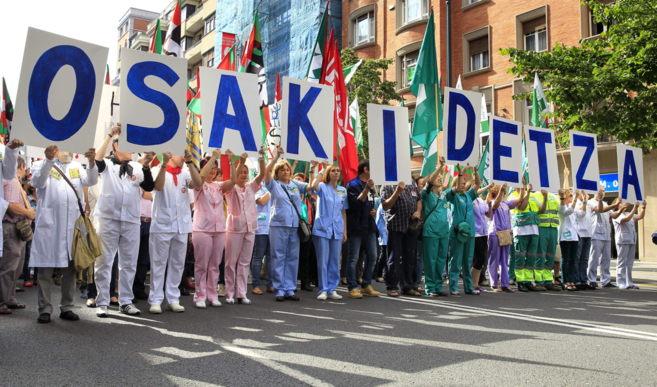 Miembros de todos los sindicatos presentes en Osakidetza se...
