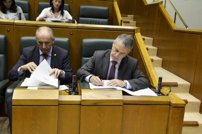 El lehendakari Urkullu junto al portavoz Josu Erkoreka en el pleno de...