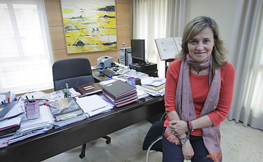 Elena Bastidas en su despacho del Ayuntamiento de Alzira.