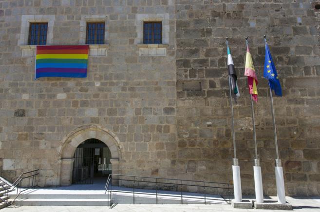 La bandera 'arcoíris', en la fachada de la sede de la Presidencia del...
