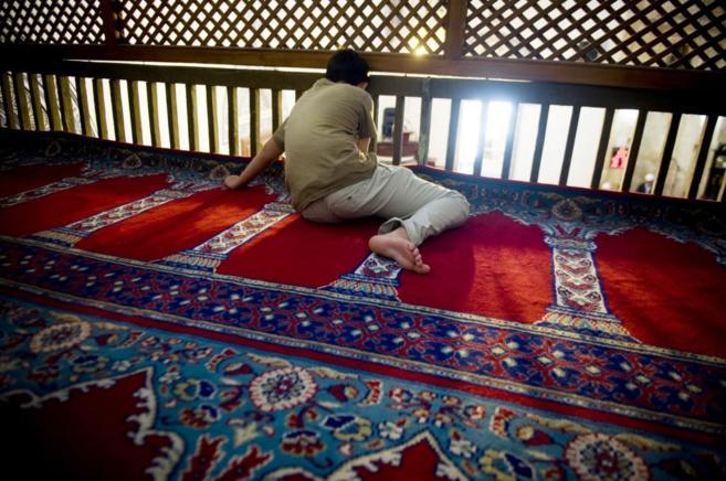 Un joven en la Gran Mezquita de Pristina.