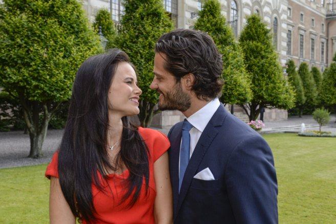 Sofia Hellqvist y Carlos Felipe de Suecia han posado esta tarde para...