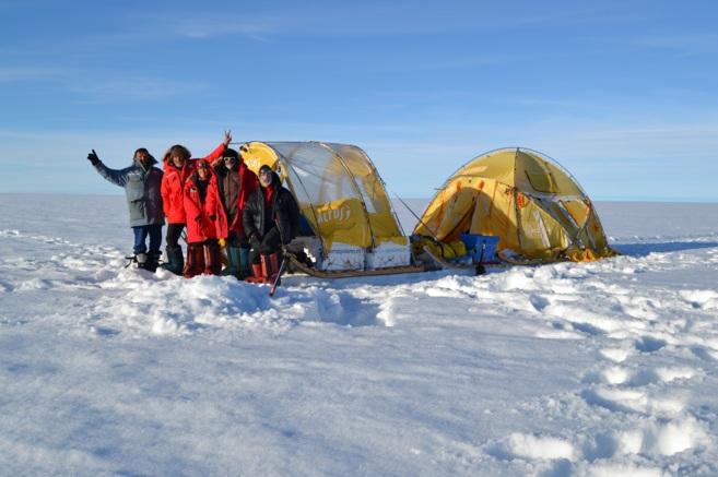 Los cinco miembros de la expedición posan junto al trineo eólico...