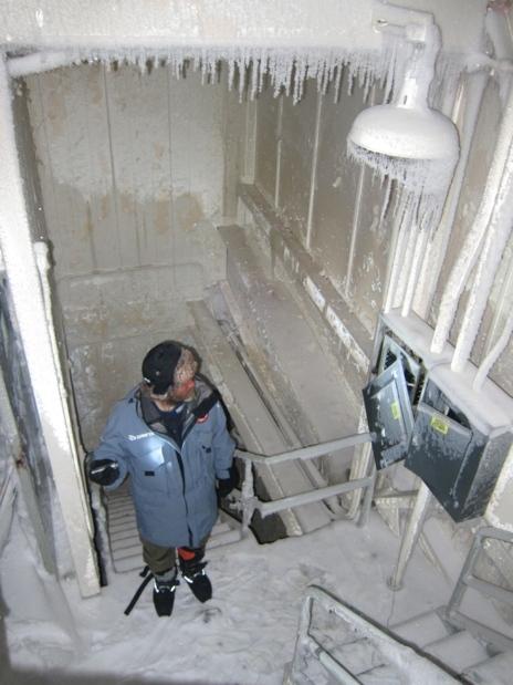 Eusebio Beamonte, en el interior de la base militar Dye-3, cubierta de...