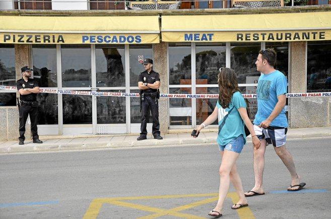 Dos policías custodian el Bar Gorli, del que la víctima era...