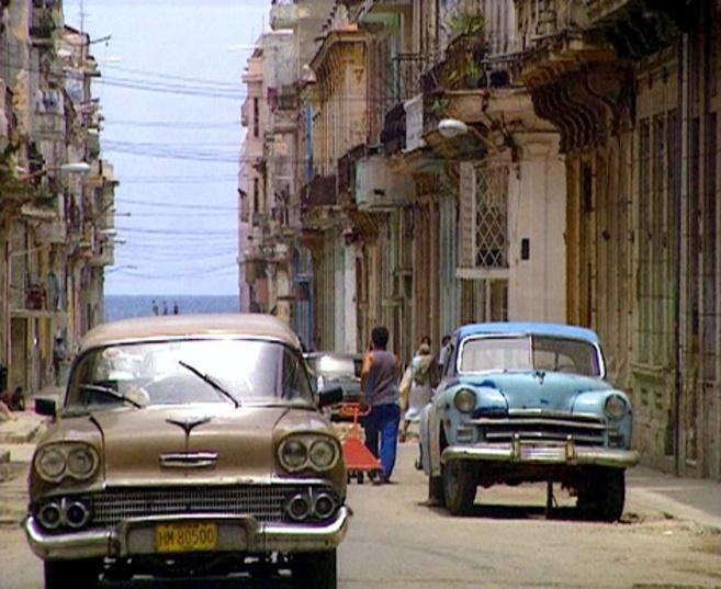 Coches circulando por las calles de La Habana