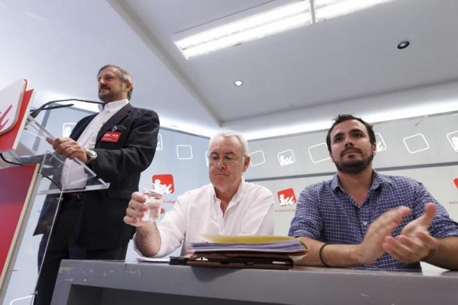 Cayo Lara y Alberto Garzón escuchan a Willy Meyer.