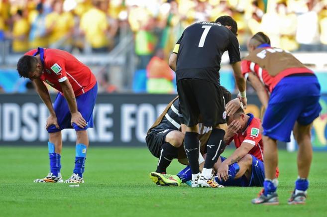 Los jugadores de Chile, abatidos tras ser eliminados a penaltis.