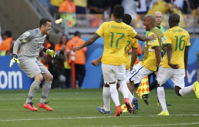 Los jugadores brasileños felicitan a Julio César tras la tanda de...