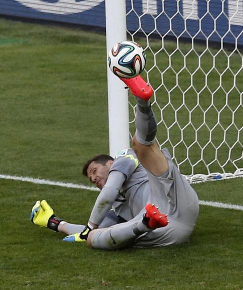 Julio César de tiene un penalti durante la tanda.