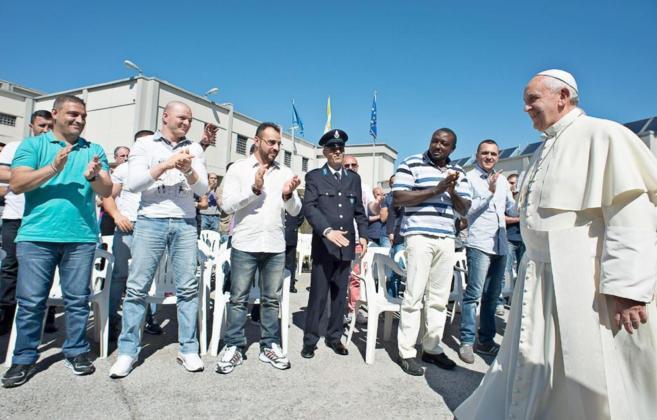 El Papa Francisco visita a unos reclusos en la prisión de...
