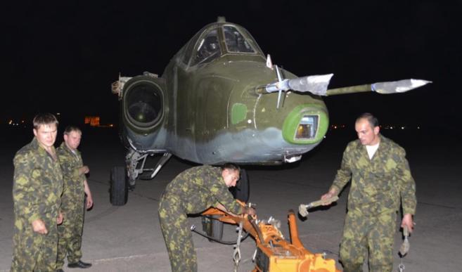 Soldados rusos descargan un avión 'Sujoi SU-25' ruso en una...
