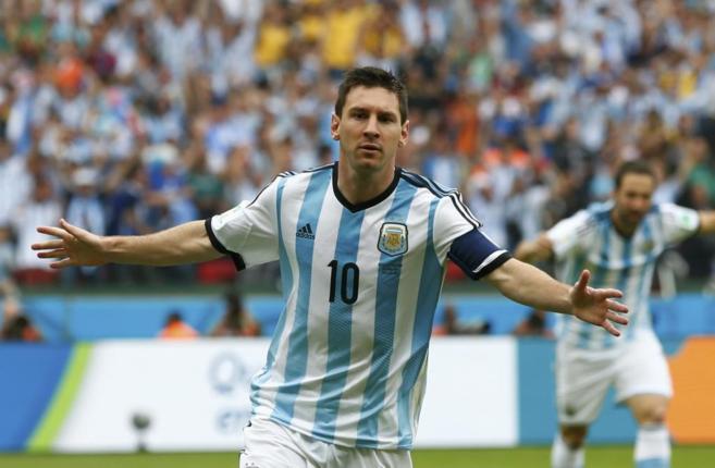 Messi celebra uno de los goles a Nigeria en Brasil.