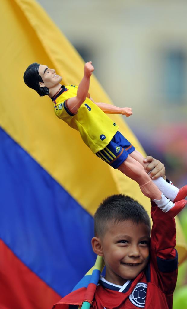Un niño celebra el triunfo de la selección colombiana en Cali.