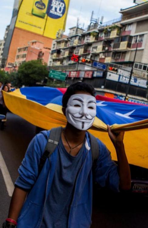 Un 'indignado' venezolano protesta por un apagón en...