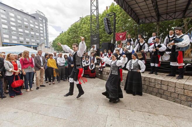 Marta Alaña (i) y Alfonso Rueda (3i), en los actos del Día de...