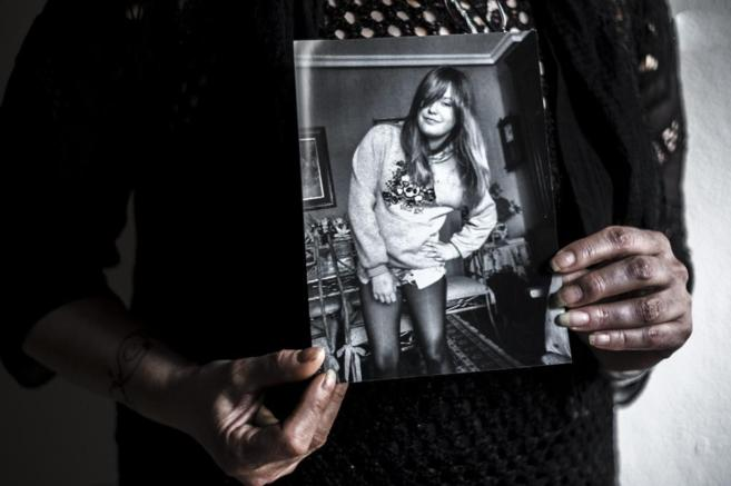 Montserrat Magnien, madre de Carla, con un retrato de su hija, que se...