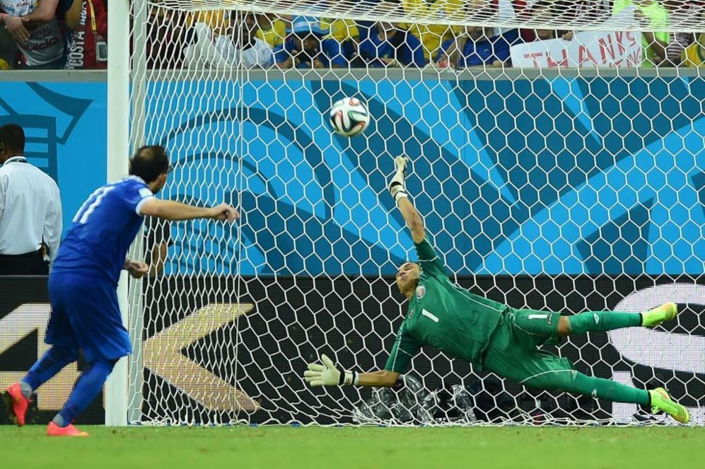 Keylor Navas detiene el lanzamiento del griego Gekas durante la tanda...