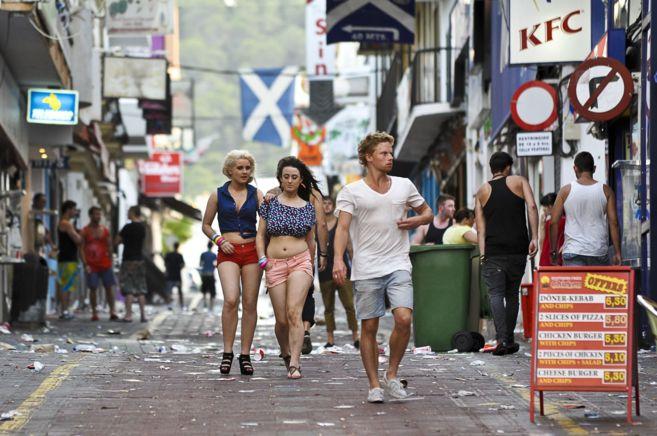 Turistas en la zona del West End de la localidad de San Antonio, en la...