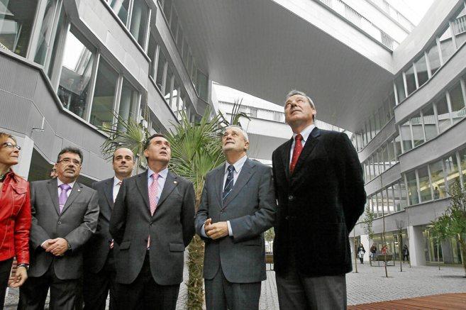 Griñán inaugura, en enero de 2011, la facultad de Educación junto...