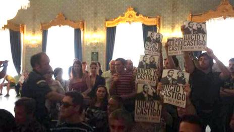 Otras pancartas, también retiradas por la Policía.