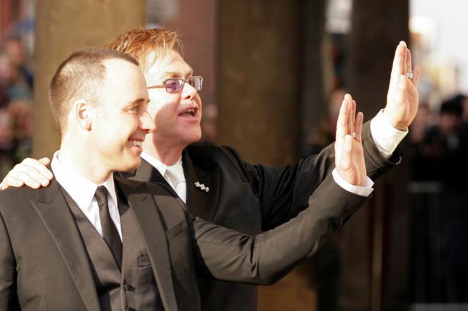 Elton John y David Furnish, en su unión civil celebrada en 2005,