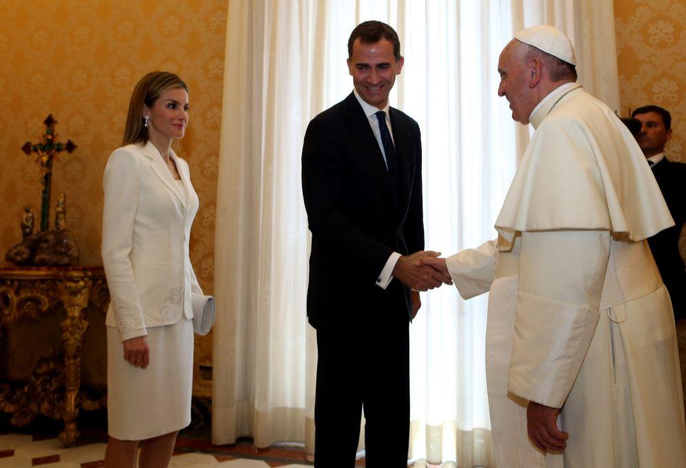 La Reina ha llevado un vestido y chaqueta de Felipe Varela, su modisto...