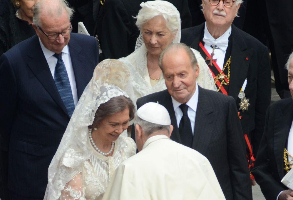 El reglamento vaticano sí exige mantilla y peineta (al ighual que...