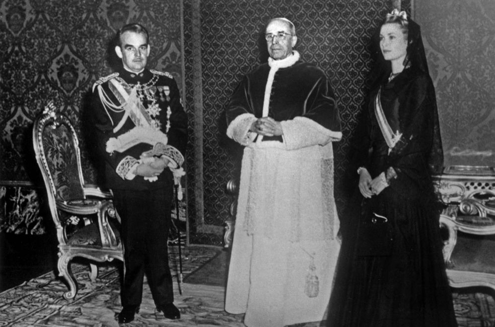 Los príncipes Rainiero y Gracia de Mónaco (de negro riguroso y...
