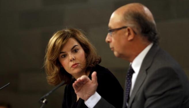 Soraya Sáenz de Santamaría y Cristóbal Montoro en la presentación...