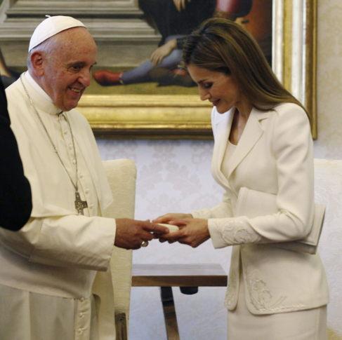 El Papa entrega a la Reina Letizia un obsequio durante la audiencia.