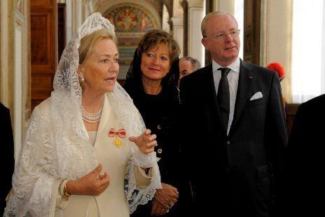 La reina Paola de Bélgica vestía mantilla incluso en las audiencias...