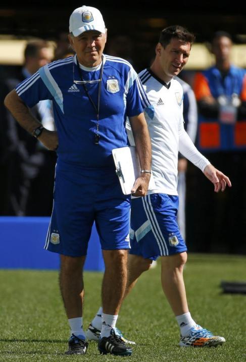 Sabella, junto a Messi, en un entrenamiento argentino.