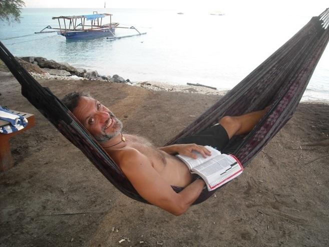 El escritor Fernando Gamboa, en Indonesia.