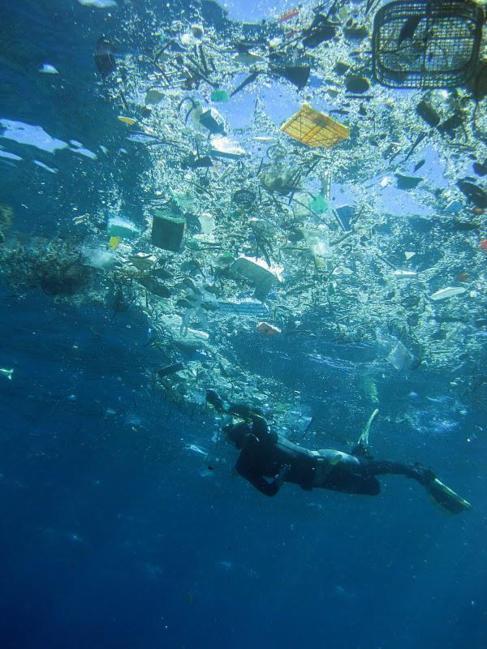 Basura plástica en la bahía de Hanauna, Hawai, EEUU.